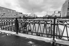 Paysage urbain monochrome le jour pluvieux Vue du remblai de rivière de Yauza par le pont Visokoyauzskiy, Moscou, Russie photo stock