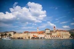 Paysage urbain panoramique de ville de trogir, Croatie image stock