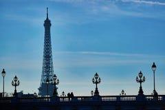 Paysage urbain scénique de Paris avec des silhouettes des personnes et du Tour Eiffel Image stock