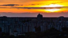 Paysage urbain sur le coucher du soleil avec l'effet de décalage d'inclinaison Commutateur de lumières de ville sur la longueur d banque de vidéos