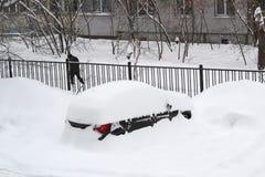 Paysage urbain - voitures garées couvertes de neige photos libres de droits