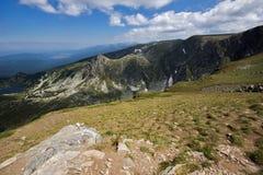 Paysage vert avec des nuages, montagne de Rila Images stock