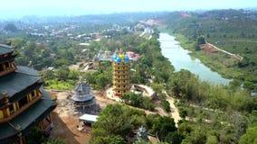 Paysage vert illimité avec la haute pagoda sur le premier plan clips vidéos