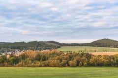 Paysage vert sous un ciel bleu photos libres de droits