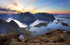 Paysage - village Reine au coucher du soleil, Norvège Photographie stock libre de droits