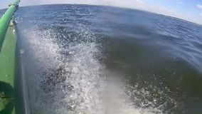 Paysage visuel panoramique de rivière sur une cuillère de moteur banque de vidéos