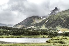 Paysage volcanique avec les plaines et le lac verts sur la p?ninsule de Kamchatka, Russie images libres de droits