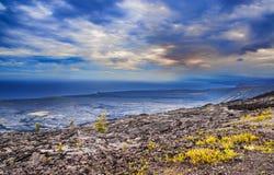 Paysage volcanique de la chaîne de la route de cratères dans la grande baie d'aubépine d'île Images libres de droits