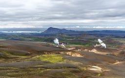 Paysage volcanique de région de Krafla en Islande du nord avec la centrale géothermique de Kroflustod et le lac Myvarn au fond ga photographie stock libre de droits