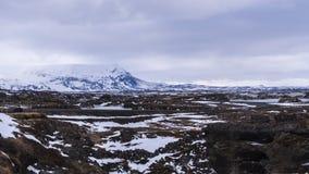 Paysage volcanique neigeux sombre Images libres de droits