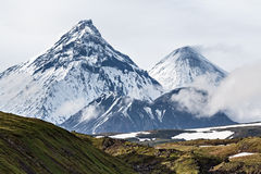 Paysage volcanique, volcans : Kamen, Kliuchevskoi, Bezymianny Image stock