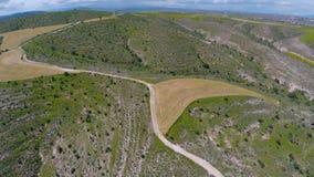 Paysages agricoles sur les dessus des collines, vue aérienne fascinante de la Chypre banque de vidéos