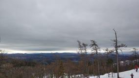 Paysages d'hiver en montagne nuageuse Sugomak de jour des Monts Oural photos libres de droits