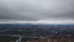 Paysages d'hiver en montagne nuageuse Sugomak de jour des Monts Oural images libres de droits