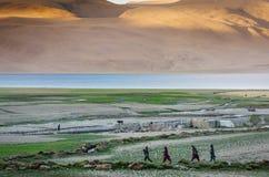 Paysages de pays d'Inde Montagnes pendant un coucher du soleil ou un lever de soleil avec le soleil d'or L'Himalaya stupéfiant de Photo stock