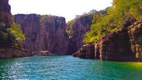 Paysages des canyons de magnésium de capitolio, photo enregistrée à l'intérieur d'un bateau prenant une eau bleue avec des roches image stock