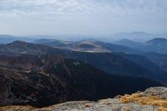 Paysages scéniques dans un pays européen Montée du dessus de montagne image stock