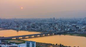 Paysages urbains d'Osaka avec la rivière de Yodo au coucher du soleil image stock
