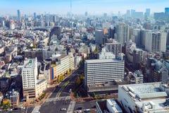 Paysages urbains de Tokyo en hiver de brouillard, horizon de Tokyo, buil de bureau Photographie stock libre de droits