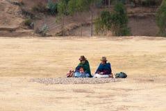 Paysans de femme rassemblant des pommes de terre de Moraya images stock