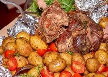 Paz grande da carne roasted da carne de carneiro com batatas cozidas e os tomates frescos imagem de stock