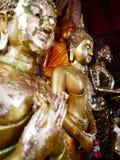 Paz interior con Buddhas, Wat Yai Chai Mongkhon Ayutthaya, Tailandia imagen de archivo libre de regalías