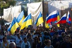 Paz marzo contra guerra con Ucrania Imagen de archivo libre de regalías