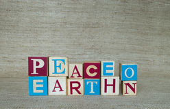 Paz na terra soletrada com blocos de madeira Imagens de Stock Royalty Free