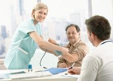 Paziente ad esame dell'ufficio di medico immagine stock