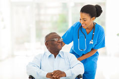Paziente africano dell'anziano dell'infermiere immagine stock libera da diritti