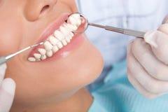 Paziente all'ufficio del dentista Fotografie Stock Libere da Diritti