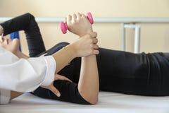 Paziente alla fisioterapia Fotografia Stock Libera da Diritti