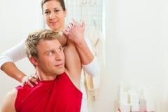 Paziente alla fisioterapia che fa terapia fisica Fotografie Stock Libere da Diritti