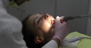 Paziente alla ricezione al dentista archivi video