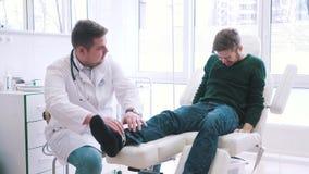 Paziente alla ricezione del ` s di medico stock footage