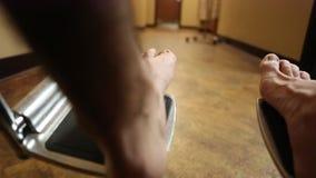 Paziente che è inserito una sedia a rotelle video d archivio