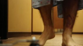 Paziente che cammina con IV Palo video d archivio