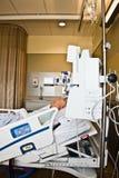 Paziente che dorme nel letto di ospedale Fotografie Stock Libere da Diritti