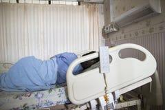 Paziente che dorme nell'ospedale fotografia stock