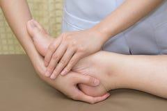 Paziente che fa gli esercizi fisici con il terapista fisico Fotografia Stock Libera da Diritti