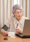Paziente che invia informazioni al centro medico virtuale Fotografia Stock