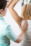 Paziente con il braccio doloroso immagine stock