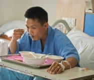 Paziente con il dispositivo di venipunzione salino (iv) Fotografie Stock Libere da Diritti