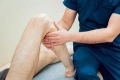 Paziente con medico dell'ortopedico nel suo ufficio Immagine Stock Libera da Diritti