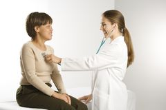 Paziente d'esame del medico. immagine stock libera da diritti