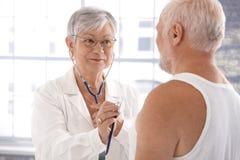 Paziente d'esame del medico femminile maggiore immagine stock libera da diritti