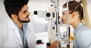 Paziente d'esame dell'optometrista nella clinica moderna di oftalmologia fotografia stock