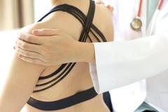 Paziente d'esame di medico, lesioni di esercizio di sport immagini stock libere da diritti