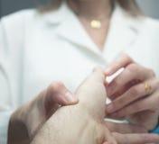 Paziente d'esame di medico ortopedico del chirurgo del traumatologo Fotografia Stock Libera da Diritti