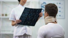Paziente d'informazione del radiologo risultato dell'esame del collare cervicale della schiuma nel buon stock footage